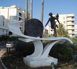 Памятник песете в Коста дель Соль, Испании.jpg