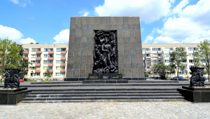 Monument to the Ghetto Heroes Warsaw.jpg